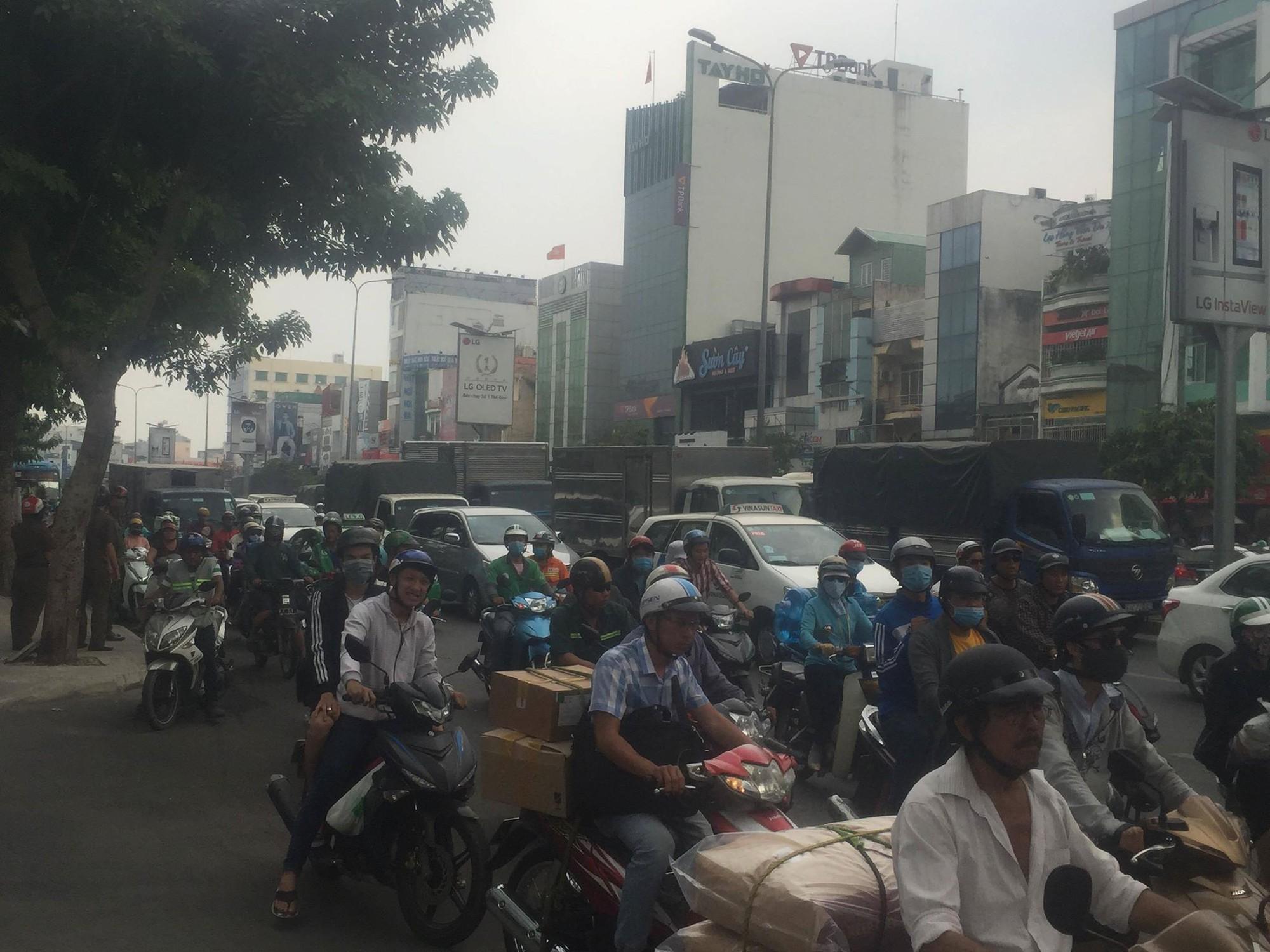 Sau va chạm trên đường, xe taxi tông mạnh vào gốc cây xanh ở Sài Gòn khiến 2 người nhập viện cấp cứu-4