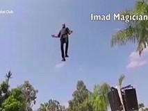 VIDEO: Ảo thuật gia bay lơ lửng, đi vòng quanh hồ bơi