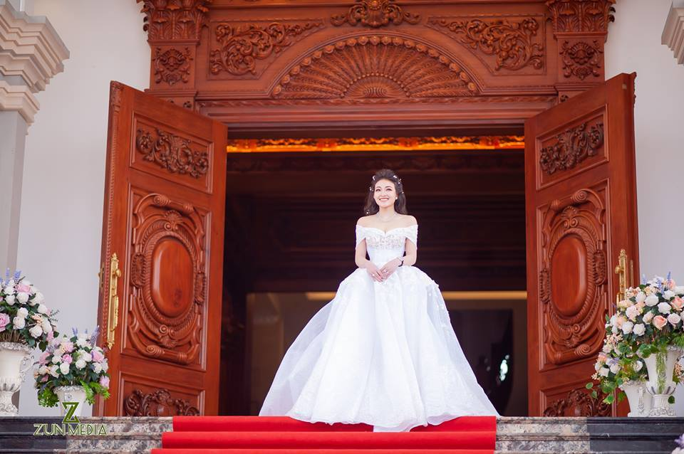 Lâu đài của đại gia Nam Định có con gái đeo vàng trĩu cổ ngày cưới-10