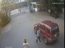 Vừa đóng cửa xe, tài xế