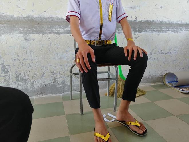 Đi học phong cách thái tử Dubai, nam sinh gây loá mắt với bộ phụ kiện lóng lánh ánh vàng đầy quý tộc-1