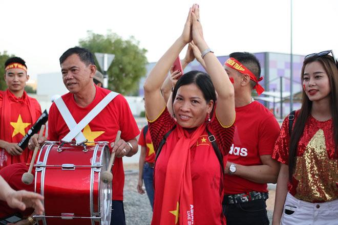 Cổ động viên Sài Gòn tiếp lửa cho đội tuyển Việt Nam lúc nửa đêm-19