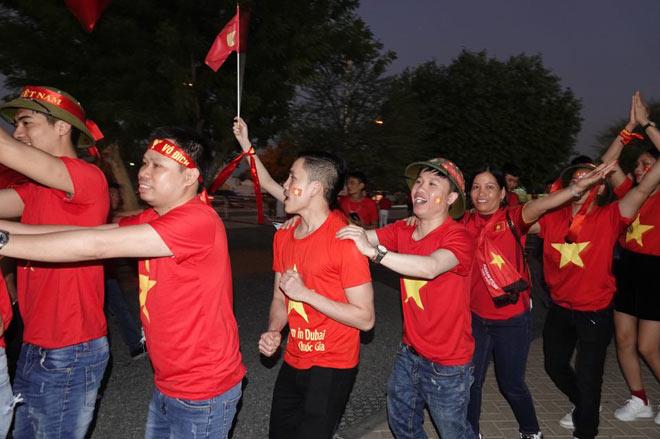 Cổ động viên Sài Gòn tiếp lửa cho đội tuyển Việt Nam lúc nửa đêm-18
