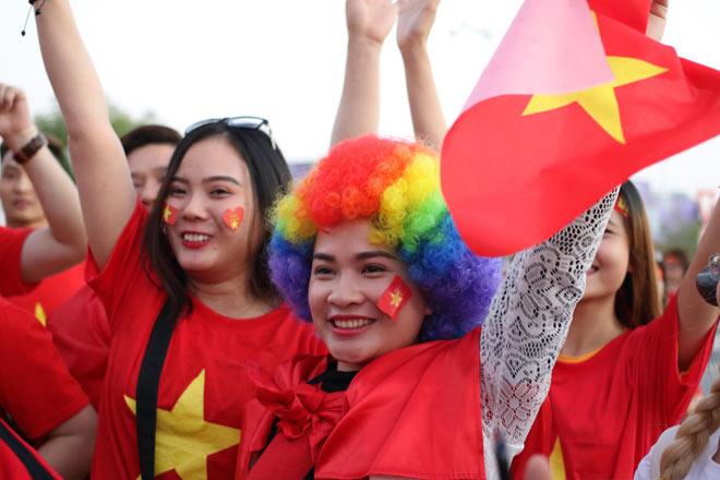 Cổ động viên Sài Gòn tiếp lửa cho đội tuyển Việt Nam lúc nửa đêm-27