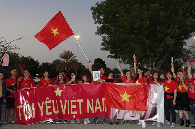 Cổ động viên Sài Gòn tiếp lửa cho đội tuyển Việt Nam lúc nửa đêm-16