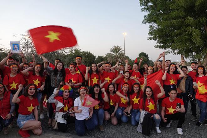 Cổ động viên Sài Gòn tiếp lửa cho đội tuyển Việt Nam lúc nửa đêm-14