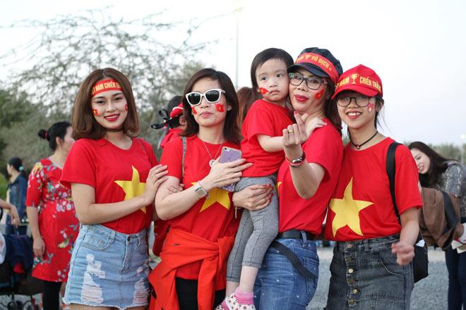 Cổ động viên Sài Gòn tiếp lửa cho đội tuyển Việt Nam lúc nửa đêm-26