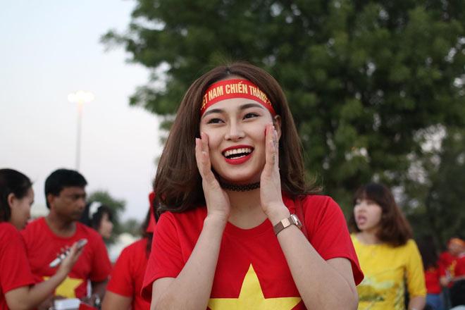 Cổ động viên Sài Gòn tiếp lửa cho đội tuyển Việt Nam lúc nửa đêm-21