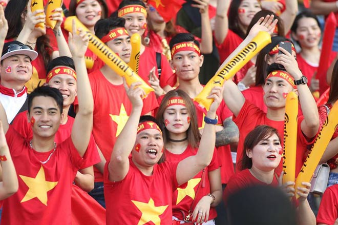 Cổ động viên Sài Gòn tiếp lửa cho đội tuyển Việt Nam lúc nửa đêm-29