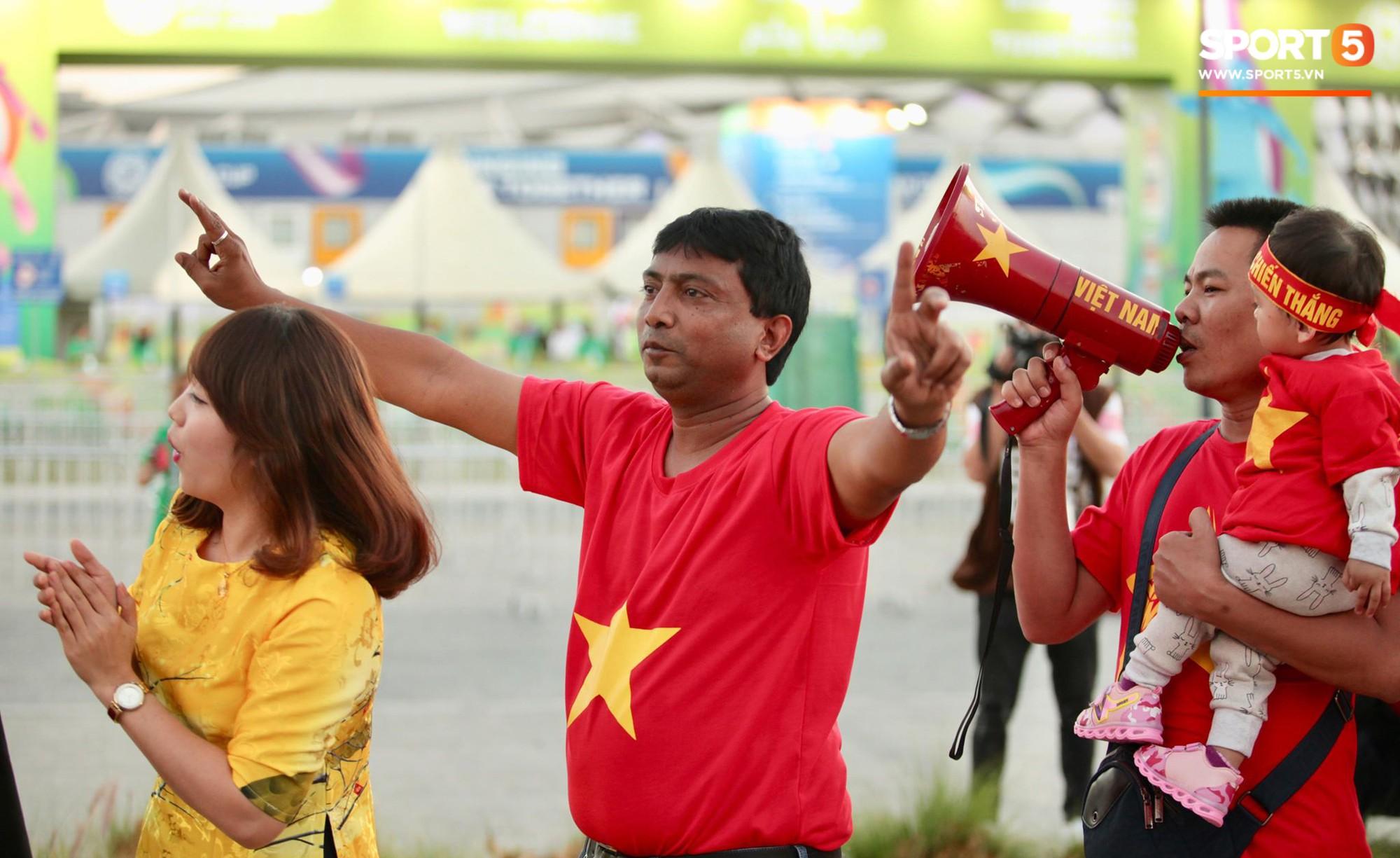 Cổ động viên Sài Gòn tiếp lửa cho đội tuyển Việt Nam lúc nửa đêm-5