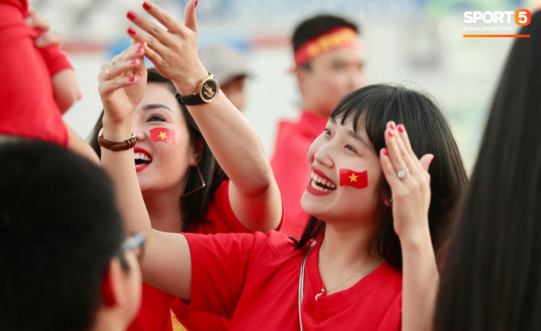 Cổ động viên Sài Gòn tiếp lửa cho đội tuyển Việt Nam lúc nửa đêm-1
