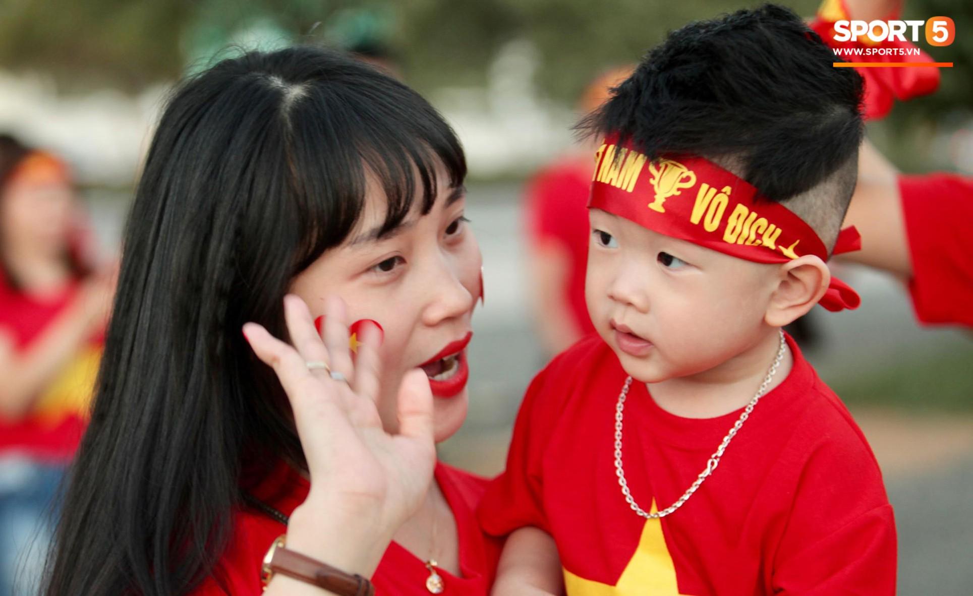 Cổ động viên Sài Gòn tiếp lửa cho đội tuyển Việt Nam lúc nửa đêm-7