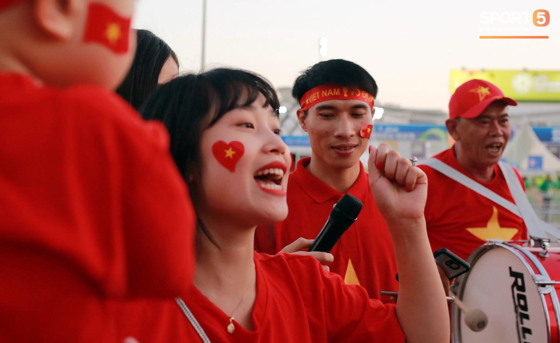 Cổ động viên Sài Gòn tiếp lửa cho đội tuyển Việt Nam lúc nửa đêm-4