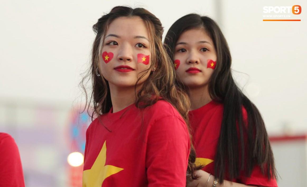 Cổ động viên Sài Gòn tiếp lửa cho đội tuyển Việt Nam lúc nửa đêm-11