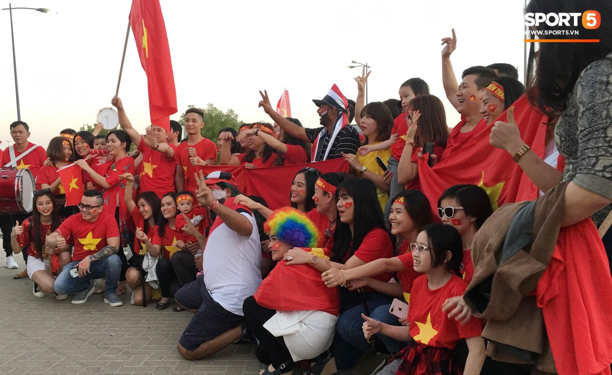 Cổ động viên Sài Gòn tiếp lửa cho đội tuyển Việt Nam lúc nửa đêm-6
