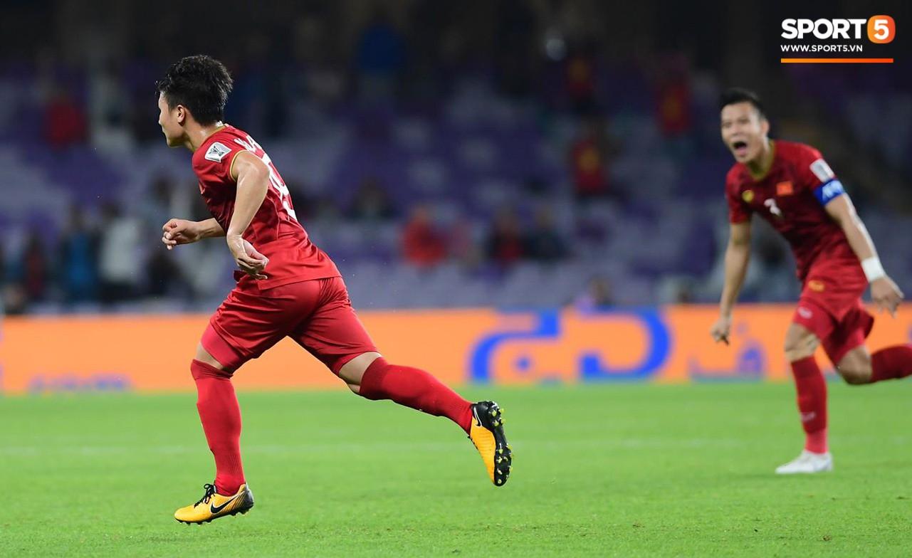 Quang Hải ăn mừng cực nhiệt khi tái hiện siêu phẩm cầu vồng tại Asian Cup 2019-4