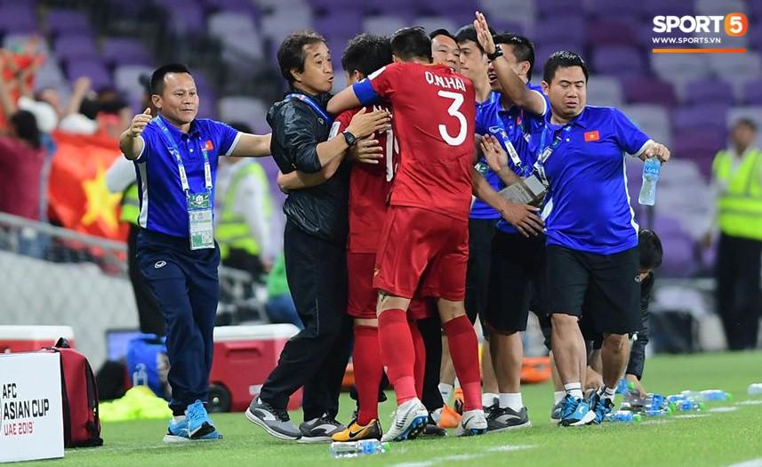 Quang Hải ăn mừng cực nhiệt khi tái hiện siêu phẩm cầu vồng tại Asian Cup 2019-5