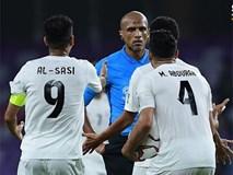 Cho Việt Nam hưởng quả phạt, trọng tài người Oman bị cầu thủ Yemen quây và phản ứng gay gắt