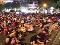 Cổ động viên Sài Gòn tiếp lửa cho đội tuyển Việt Nam lúc nửa đêm