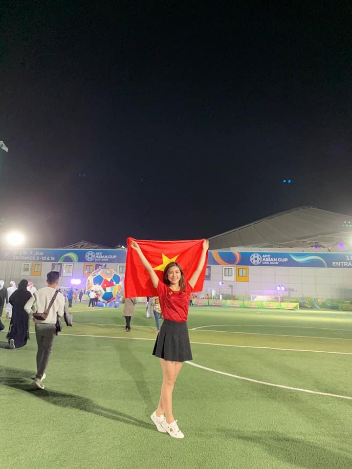 Nữ MC diện bikini bình luận bóng đá bất ngờ xuất hiện trên khán đài trận VN - Yemen-2