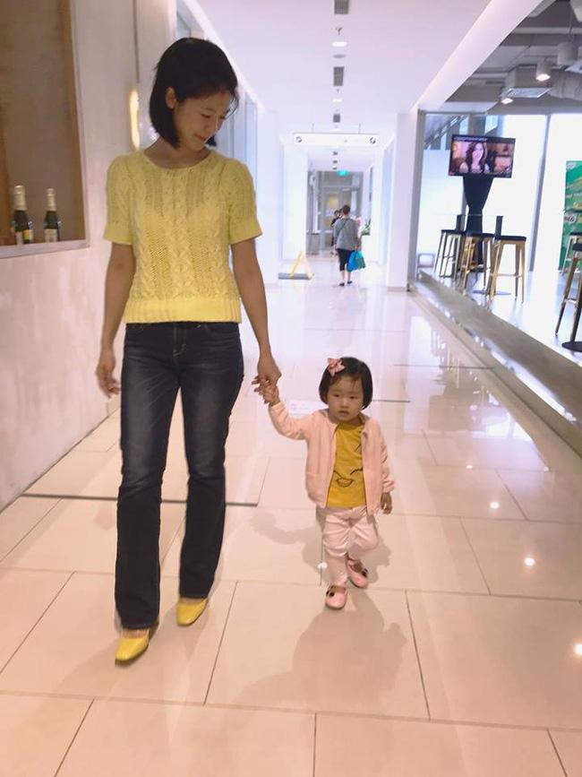 Nữ cơ trưởng Huỳnh Lý Đông Phương khoe con gái nhỏ biểu cảm cực ngầu, hạnh phúc vì cô bé y như bản sao mini-3
