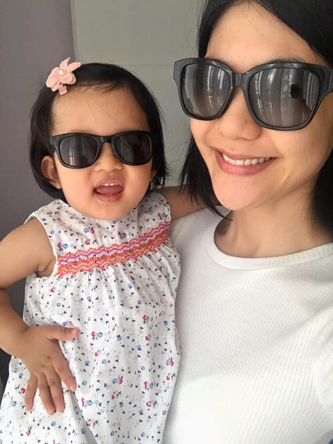 Nữ cơ trưởng Huỳnh Lý Đông Phương khoe con gái nhỏ biểu cảm cực ngầu, hạnh phúc vì cô bé y như bản sao mini-1