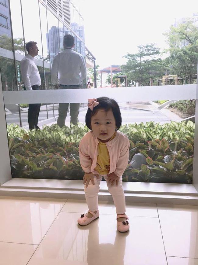 Nữ cơ trưởng Huỳnh Lý Đông Phương khoe con gái nhỏ biểu cảm cực ngầu, hạnh phúc vì cô bé y như bản sao mini-4