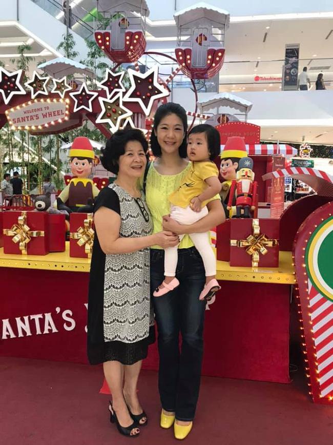 Nữ cơ trưởng Huỳnh Lý Đông Phương khoe con gái nhỏ biểu cảm cực ngầu, hạnh phúc vì cô bé y như bản sao mini-2