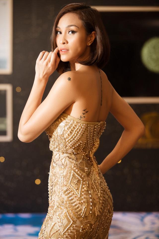 Mặc váy gợi cảm khoe vòng 1 ngồn ngộn, Phương Mai và loạt sao này ê chề vì... tụt váy-3