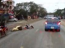 Người phụ nữ điều khiển xe máy tự té lăn ra đường