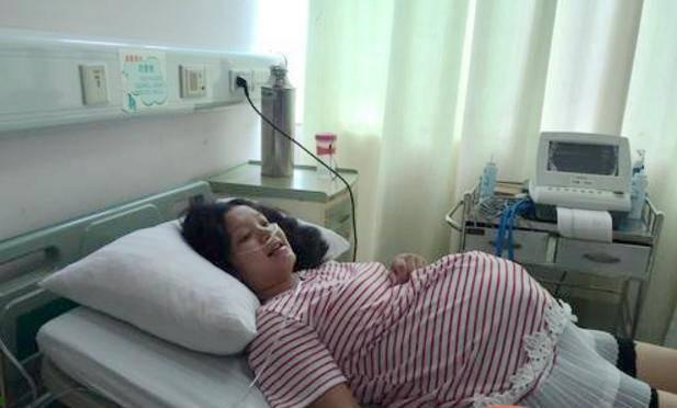 Bé gái 5 tuổi một mình ngồi đợi mẹ đẻ, khi mở lòng bàn tay bé, y tá liền khóc-1