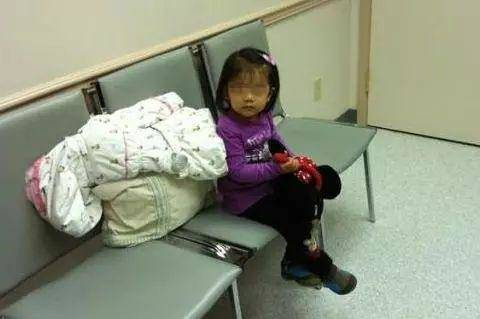Bé gái 5 tuổi một mình ngồi đợi mẹ đẻ, khi mở lòng bàn tay bé, y tá liền khóc-3