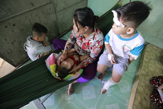Xót lòng đám tang vợ chồng nghèo chết dưới bánh xe container, bỏ lại 3 con thơ-4