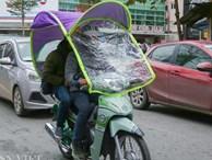 Ảnh: Xe ôm sắm 'lá chắn', hàng nước đốt củi giúp khách chống rét
