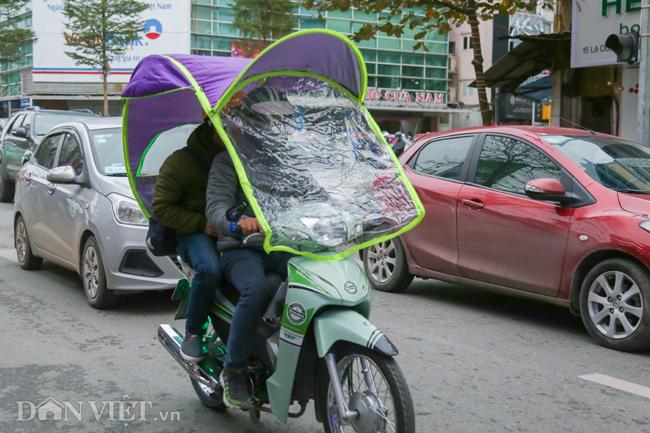 Ảnh: Xe ôm sắm lá chắn, hàng nước đốt củi giúp khách chống rét-10