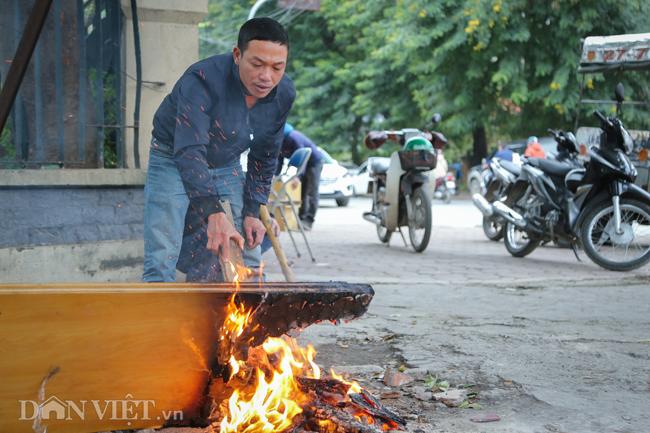 Ảnh: Xe ôm sắm lá chắn, hàng nước đốt củi giúp khách chống rét-4
