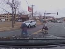 Bé 2 tuổi rơi cùng ghế trẻ em ra khỏi ô tô đang chạy