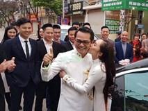 Bà xã kém 19 tuổi tình tứ hôn NSND Trung Hiếu trong lễ rước dâu ở Sơn La