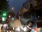 Mải mắng tài xế ô tô, người đi bộ đập đầu vào cột điện-1