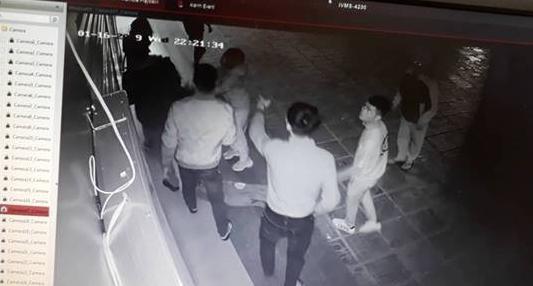 Nữ nhân viên bị 4 thanh niên trêu ghẹo rồi tấn công ở CC Linh Đàm phải tái nhập viện trong tình trạng hoảng loạn, co giật và không nói được-1
