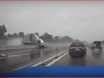 Clip: Kinh hoàng khoảnh khắc xe container mất lái đâm nát bét dải phân cách trên cao tốc