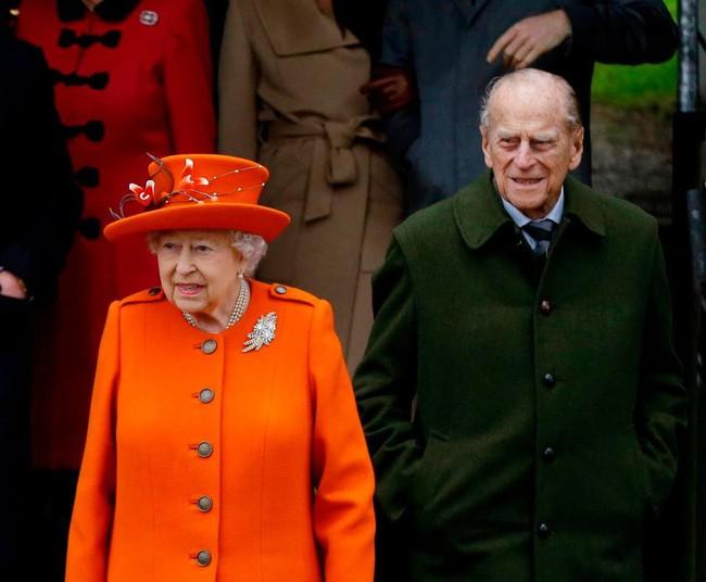 Vận xui đeo bám Hoàng gia Anh: Chồng Nữ hoàng gặp tai nạn xe hơi nghiêm trọng, trong đó có trẻ 10 tháng tuổi-5