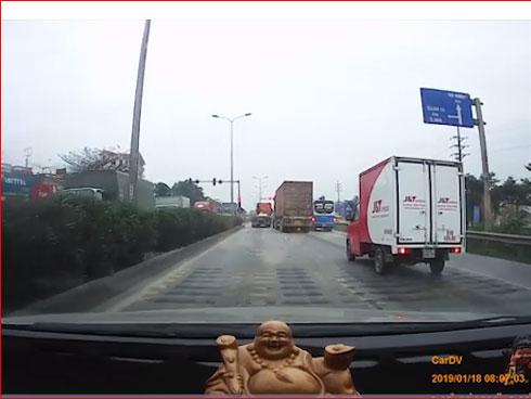 Video: Liên tục xảy ra tai nạn giữa xe container và xe máy trên QL5