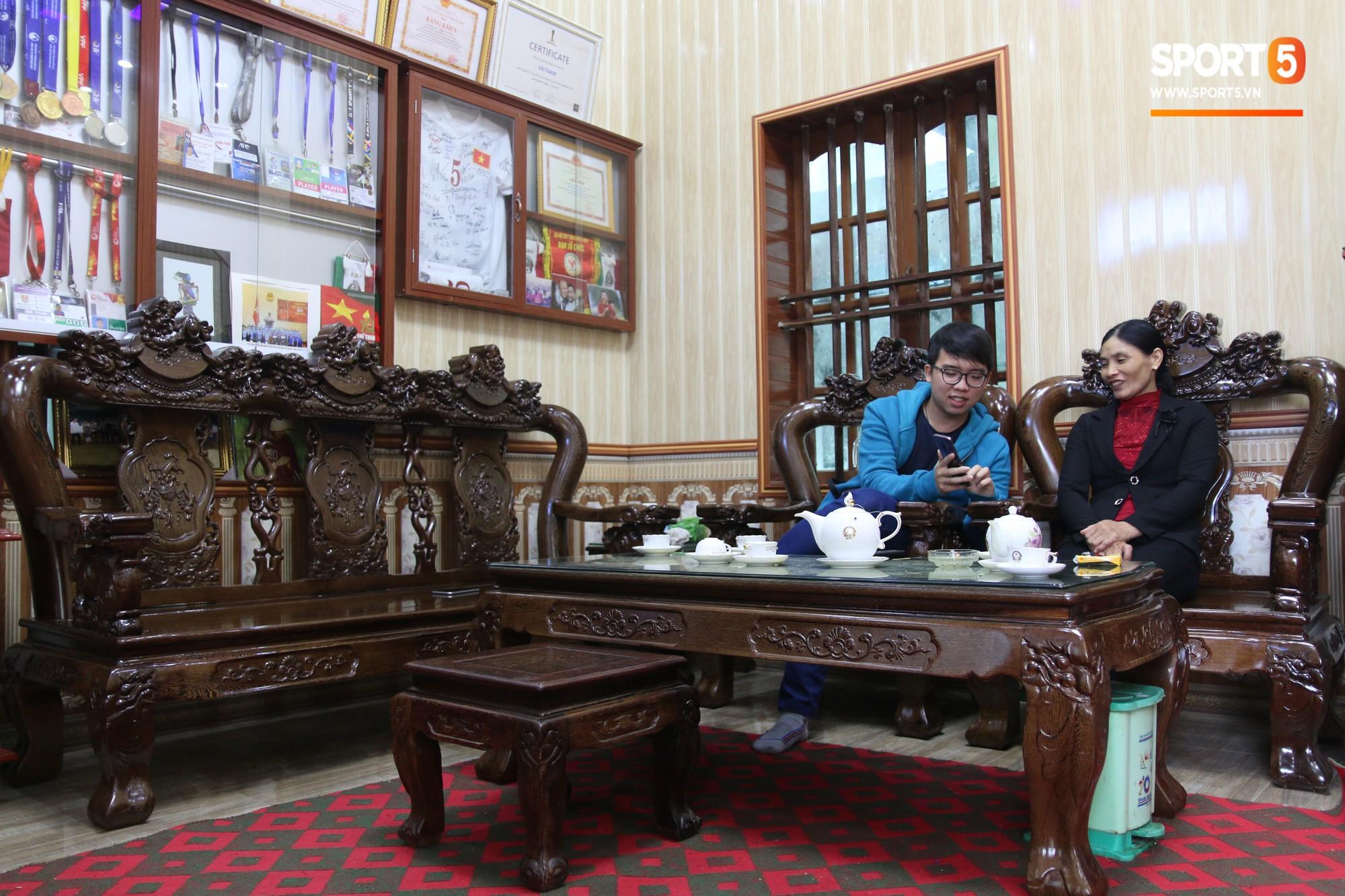 Về thăm nhà Văn Hậu, phát hiện món quà đầu tiên em út ĐT Việt Nam mua cho cha mẹ bằng đồng lương kiếm được-2