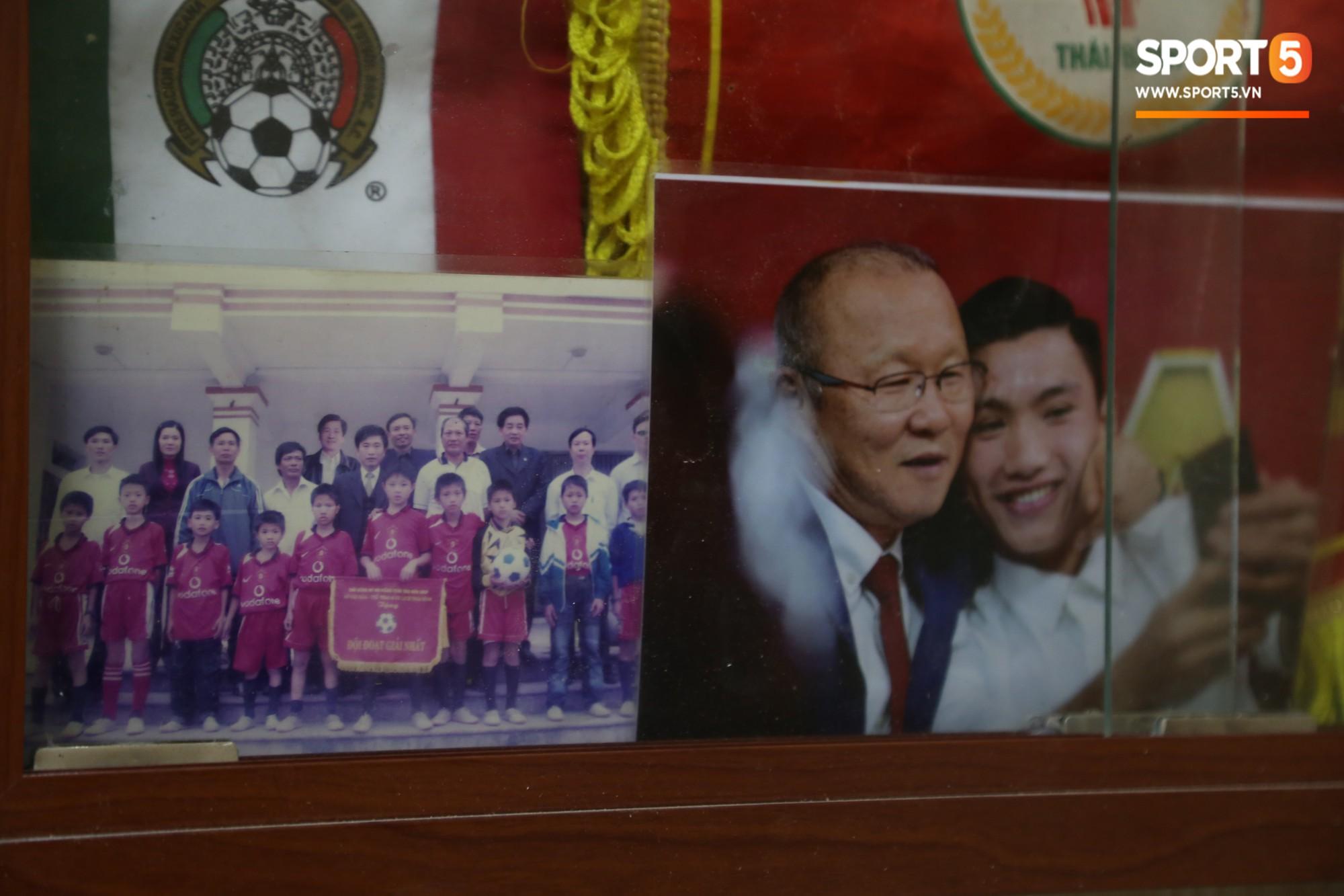 Về thăm nhà Văn Hậu, phát hiện món quà đầu tiên em út ĐT Việt Nam mua cho cha mẹ bằng đồng lương kiếm được-7