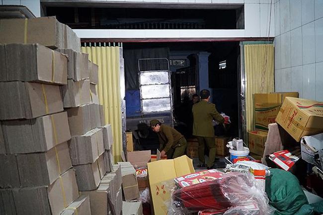 Mục kích cơ sở sản xuất bánh kẹo bẩn ở Hà Nội ngày cận Tết-1