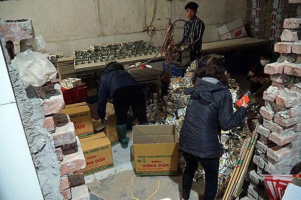 Mục kích cơ sở sản xuất bánh kẹo bẩn ở Hà Nội ngày cận Tết-2