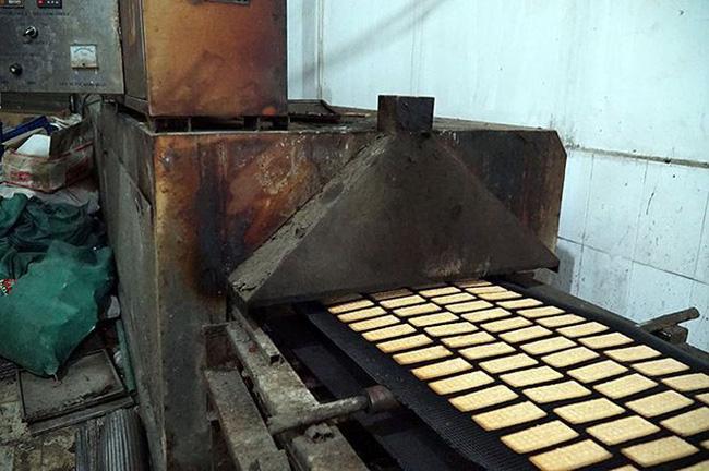 Mục kích cơ sở sản xuất bánh kẹo bẩn ở Hà Nội ngày cận Tết-3