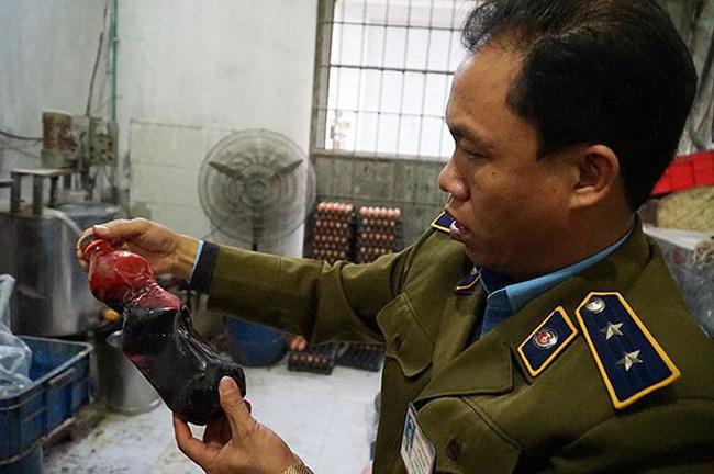 Mục kích cơ sở sản xuất bánh kẹo bẩn ở Hà Nội ngày cận Tết-5