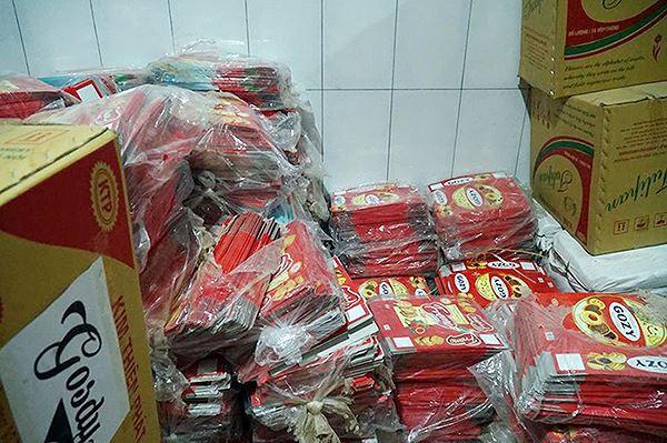 Mục kích cơ sở sản xuất bánh kẹo bẩn ở Hà Nội ngày cận Tết-6